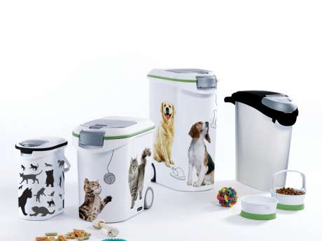 Which foods should I avoid giving my cats and dogs ?
